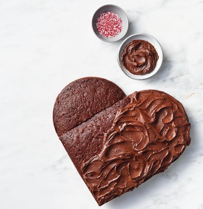 modèle de gâteau au chocolat noir en forme de coeur pour un repas romantique, idée recette facile pour la saint valentin