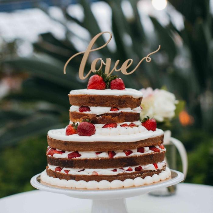 recette gâteau facile aux génoises prêtes décorés de crème fraîche et fruits rouges, idée repas amoureux avec dessert facile
