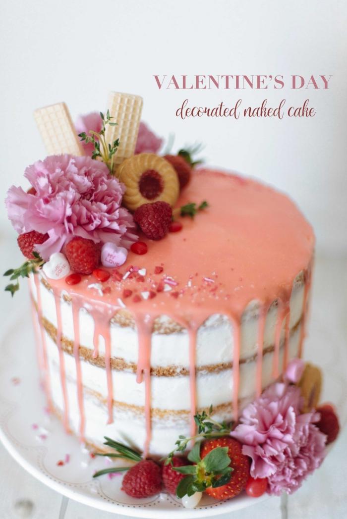 quel dessert facile pour un repas saint valentin, modèle de gâteau rond en layers aux génoises au caramel et aux noix concassées