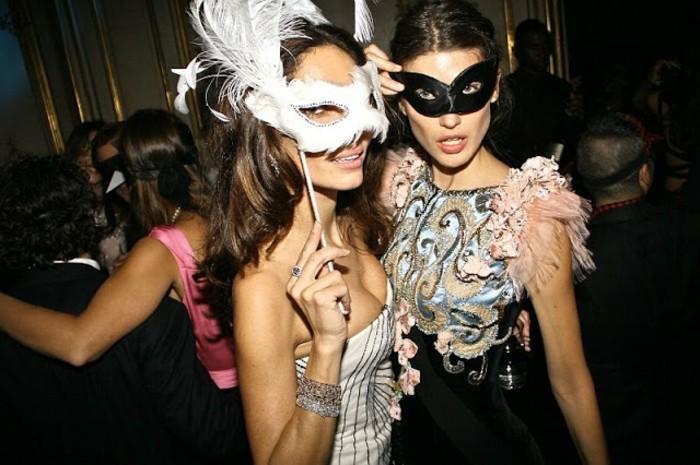 Masque blanche ou noire, choix déguisement carnaval femme, beau costume de carnaval