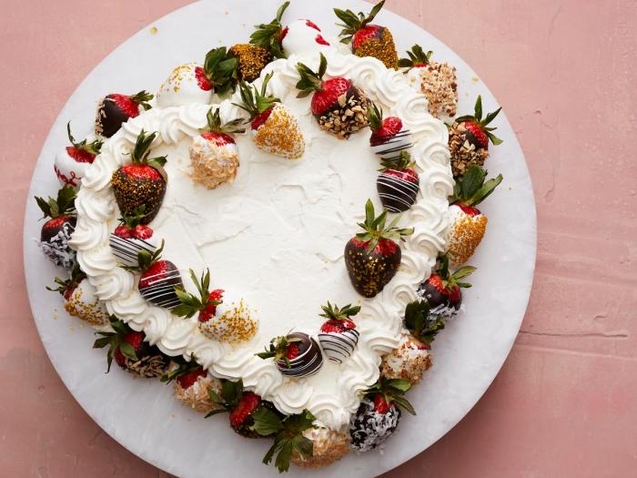 recette facile de gateau coeur aux génoises prêtes décorées de crème fraîche et fraises enrobées de chocolat et noix