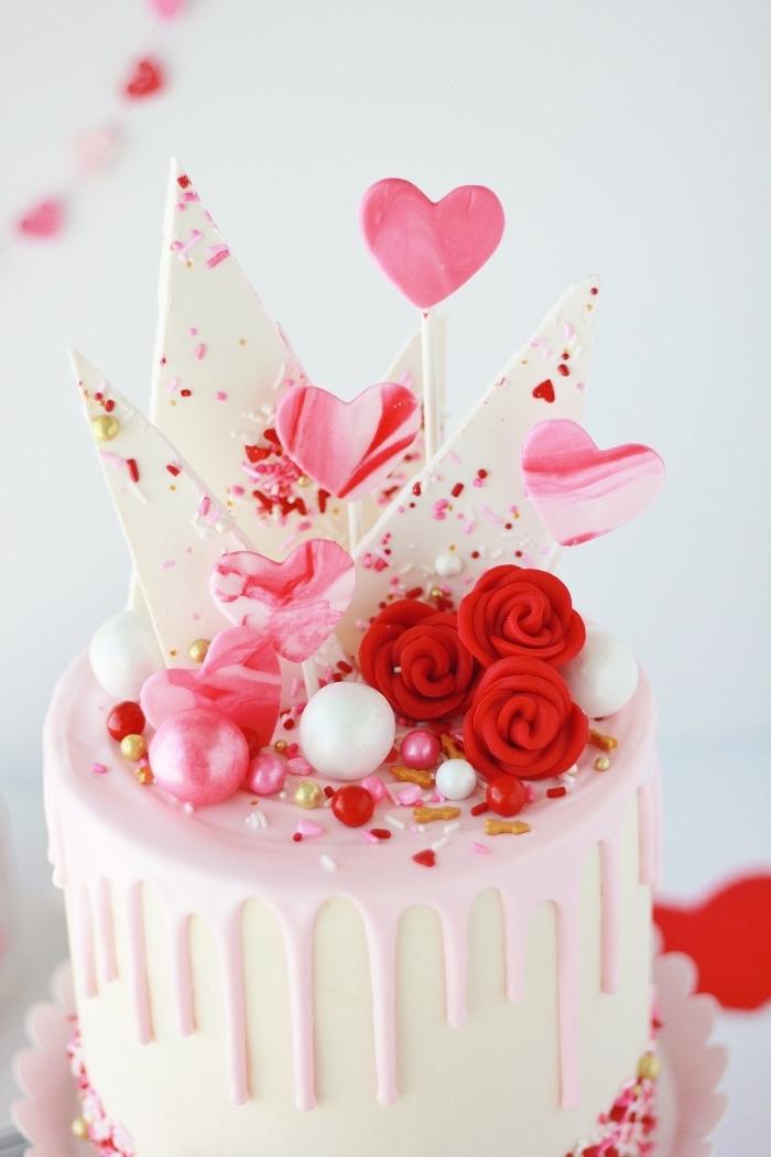 modèle de gateau st valentin facile à réaliser, idée gâteau rond au glaçage blanc avec décoration en morceaux de chocolat blanc
