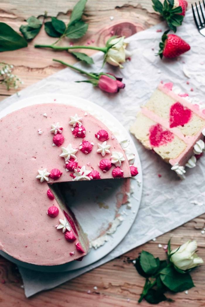 recette diner romantique à la maison sucrée, idée de gâteau à la vanille et aux fraises avec décoration à la crème fraîche
