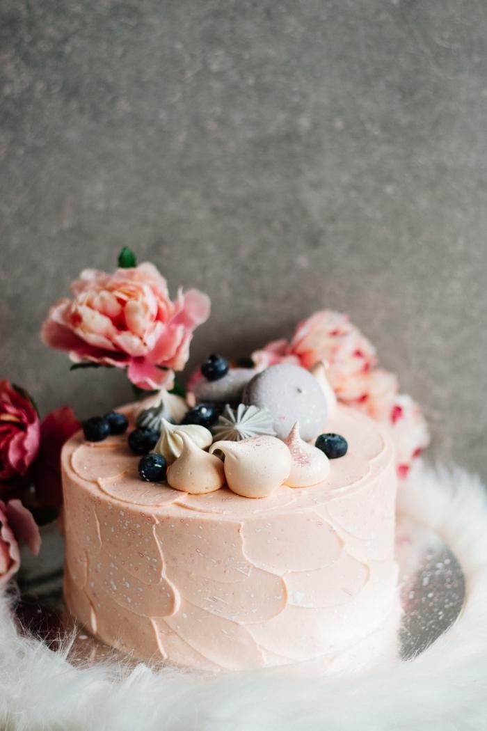 idée comment décorer un petit gateau de saint valentin rond au glaçage caramel, recette dessert facile au caramel