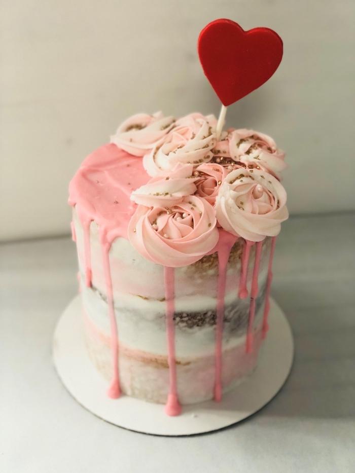 recette facile sucrée pour un menu saint valentin, petit gâteau rond aux génoises vanille et chocolat avec glaçage rose
