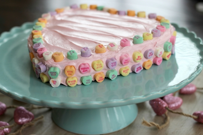 idée repas amoureux avec recette sucrée facile, gâteau simple fait maison avec génoise prête et crème rose aux fraises