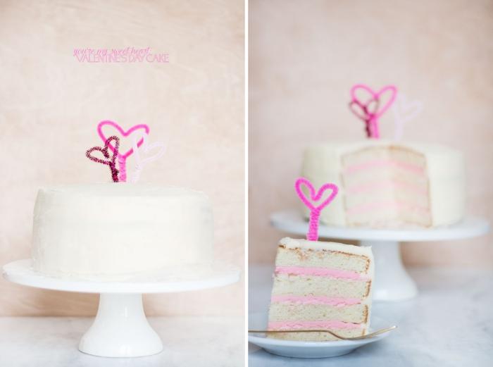 idée de recette diner romantique à la maison sucrée, exemple de gâteau facile à la vanille au glaçage blanc et crème rose