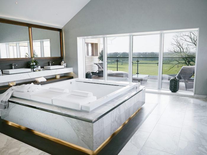 Marbre jaccuzzi double, idée salle de bain moderne en marbre, peinture salle de bain blanche avec vue du jardin