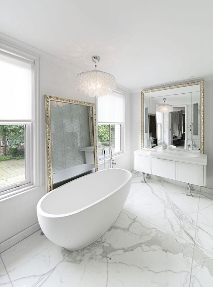 Ovale baignoire blanche, sol marbre peinture salle de bain, idée rénovation salle de bain avec grands miroirs