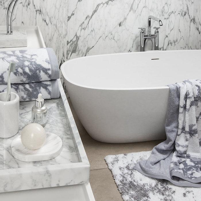 Baignoire ovale et salle de bains marbre blanc et gris, idée de rénovation salle de bain marbre blanc, aménagement grand espace