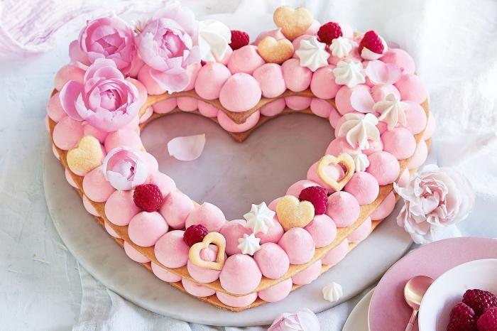 idée repas amoureux facile, modèle de gâteau maison aux génoises prêtes décoré avec guimauves et crème fraîche