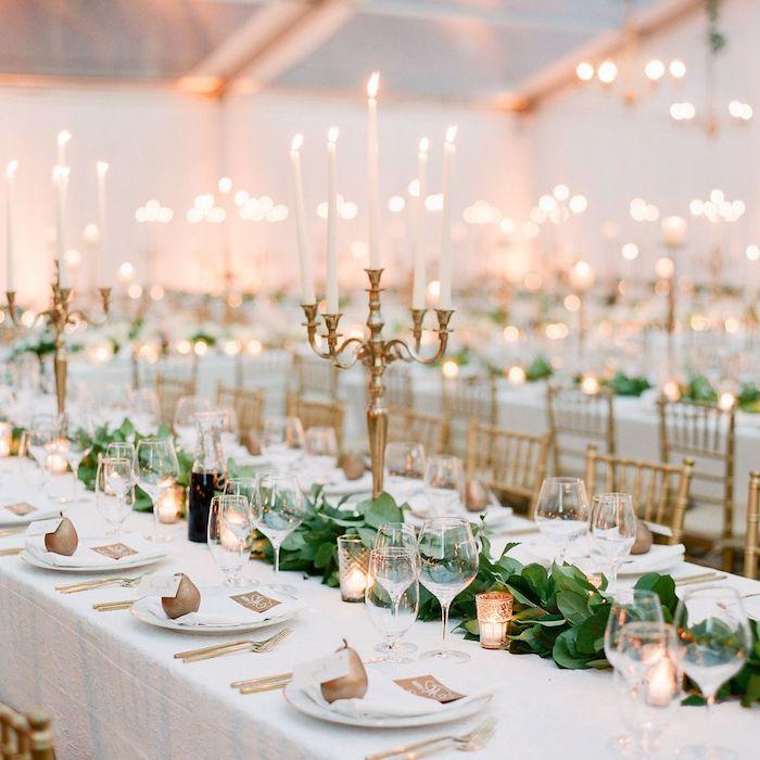 centre de table guirlande de feuillages verts et petites bougies, marque place mariage poire or, bougeoirs dorés