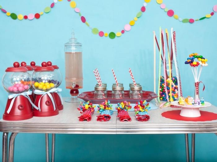 idée de pliage de serviette en papier 2 couleurs avec décoration en confettis en papier, déco table festive en rouge et blanc