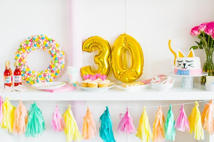 organiser un anniversaire inoubliable 30 ans sur thème, exemple de déco originale d'anniversaire en couleurs flashy