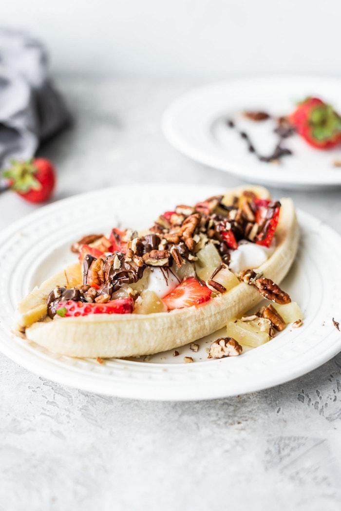 menu équilibré avec suggestion pour le gouter, banane farci de yaourt grec, fruits, noix et fruits rouges