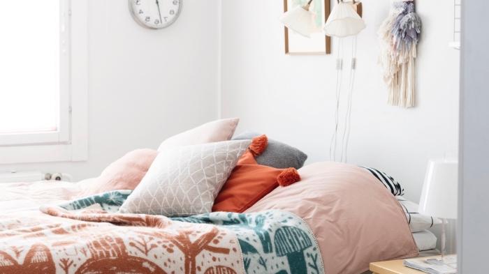 deco chambre fille aux murs blancs avec meubles de chevet en bois clair, modèles de coussins décoratifs en nuances pastel