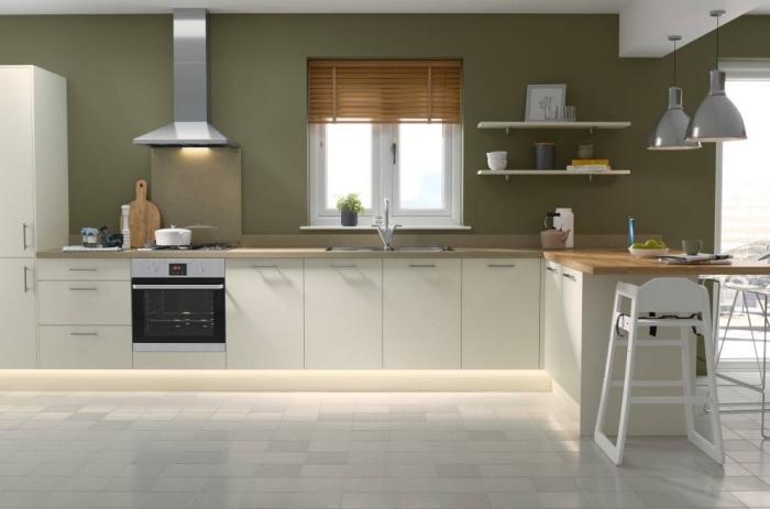 modèle de cuisine aux murs de peinture vert olive aménagée avec meubles en bois, agencement cuisine en L