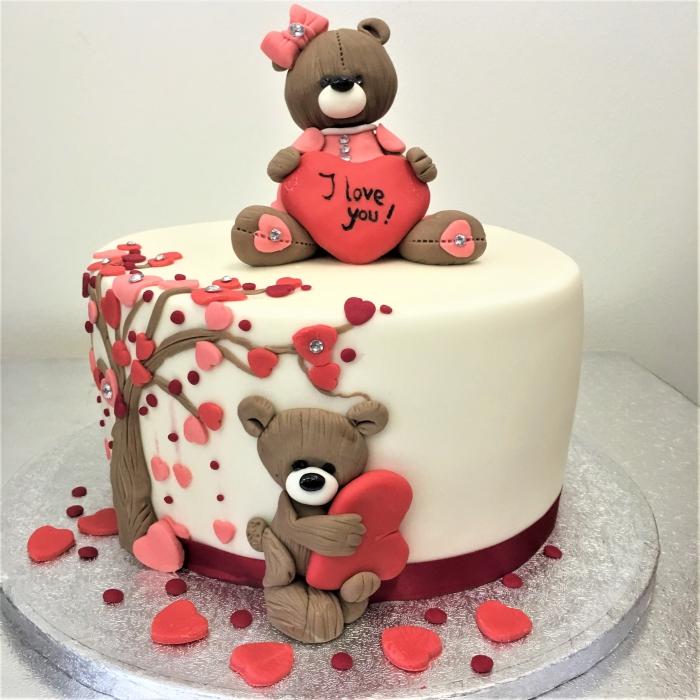 exemple comment décorer un gâteau romantique pour la Saint Valentin avec fondant et figurines sucrées en forme d'ours