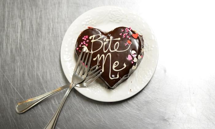 recette de gateau coeur au chocolat fondu, idée de dessert facile à préparer pour la fête d'amour au chocolat