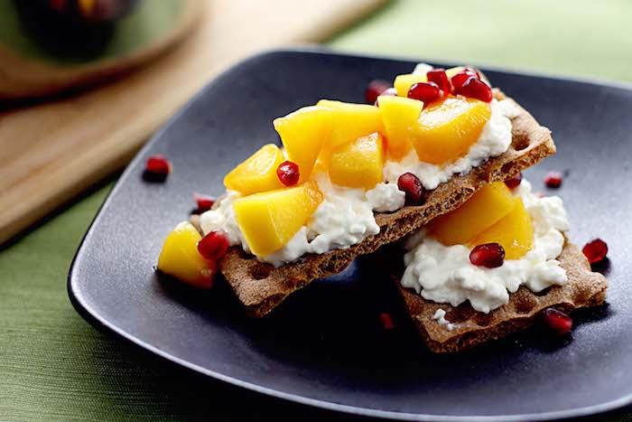 idee crackers, biscuits complets à la ricotta avec tranches d ananas et graines de grenade, gouter sain