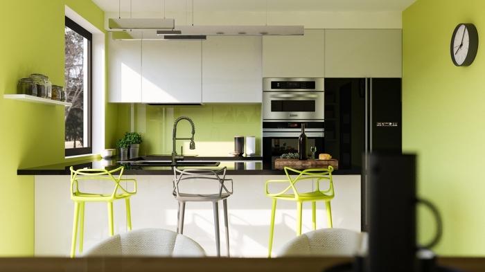 exemple comment combiner la couleur vert anis avec le blanc et le noir dans une cuisine moderne aménagée en U