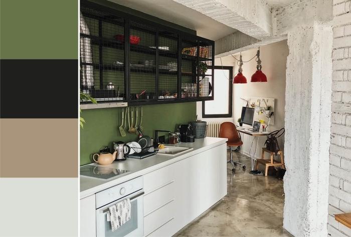 idée de peinture vert olive pour une cuisine moderne, design cuisine en longueur avec meubles sans poignées