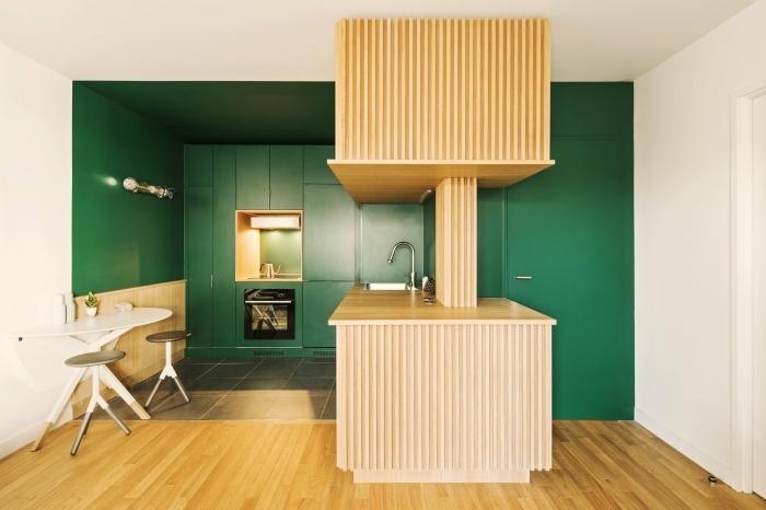 décoration de cuisine en vert et bois, idée aménagement de cuisine ouverte aux meubles verts sans poignées