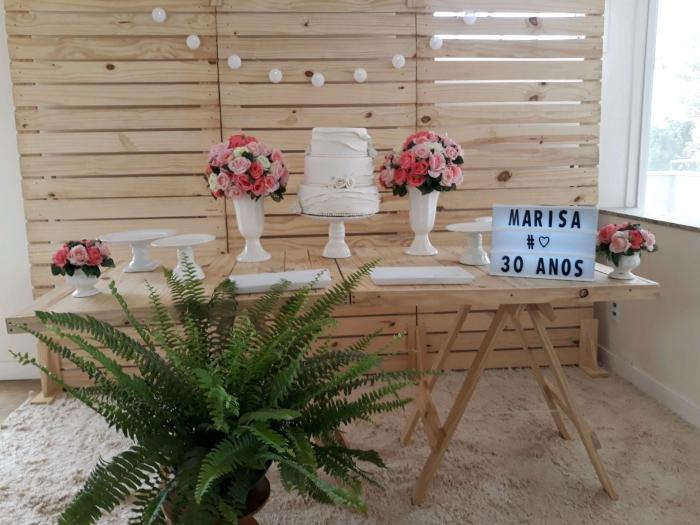 comment créer une jolie deco anniversaire pas cher, coin anniversaire à la maison avec meubles bois et bouquet de fleurs fraîches
