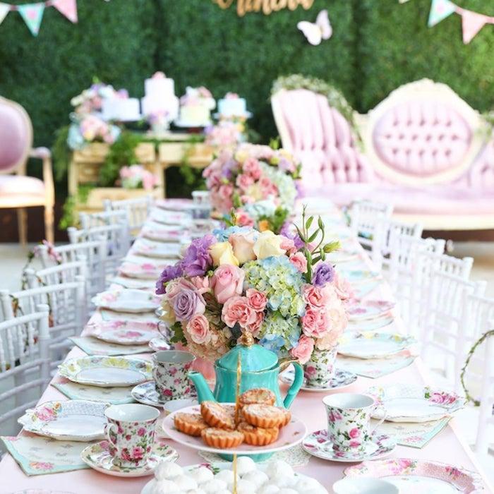 idée theme d anniversaire garden party motif liberty, anniversaire pause thé, centre de table floral en fleurs colorées, vaisselle motif floral