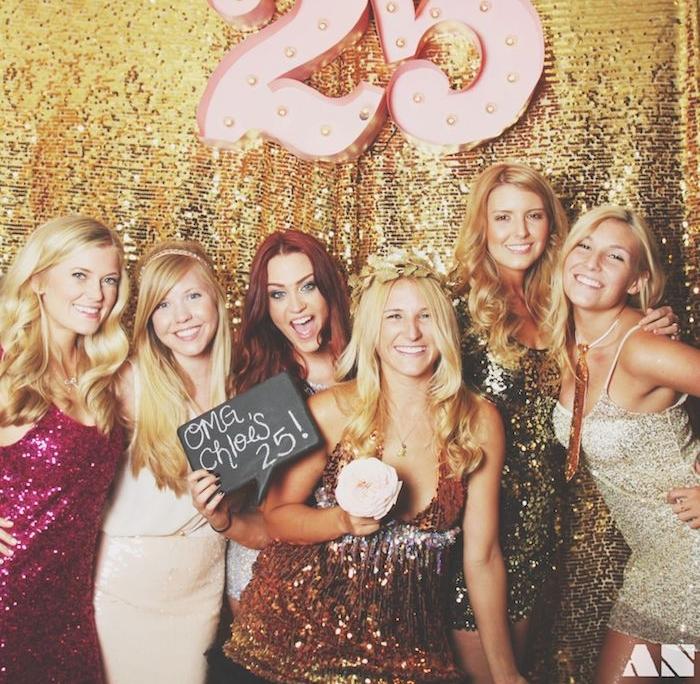 theme d anniversaire 25 ans, soirée gala en robes pailletées, filles en robes pailletées, fond rideau doré pailletée, chiffre 25