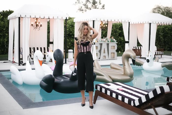 thème d anniversaire party piscine avec des cygnes gonflables, chaise longues noir et blanc, tentes bar exterieur