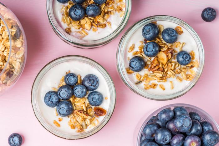 preparer un gouter healthy maison avec yaourt grec garni de granola et myrtilles bleuets