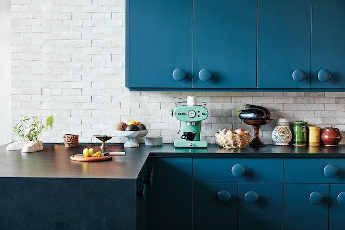 meuble bas et meuble haut bleu pétrole, pantone nuancier bleu classique foncé, plan de travail noir, mur deco de carrelage blanc