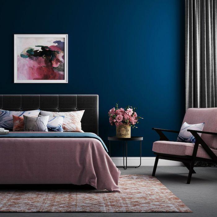 couleur de l année 2020 selon nuancier pantone, peinture tendance bleu nuit dans une chambre rose, gris et bleu, deco bouquet de fleurs