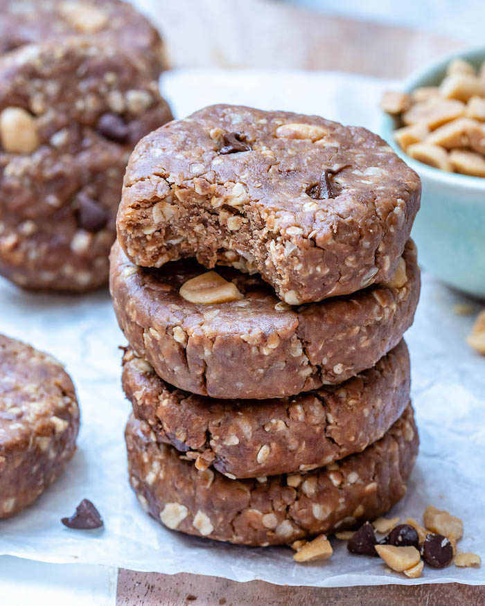 recette cookies healthy au beurre de cacahuete, raisins secs et noix, idee desert sans cuisson sans four