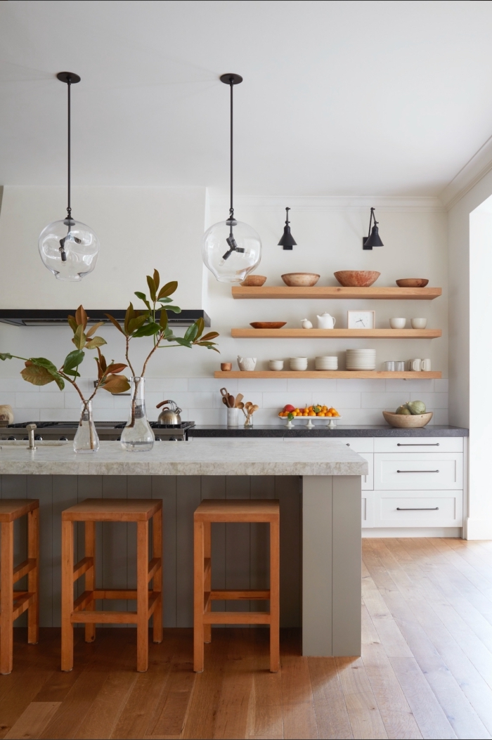 tendance cuisine 2020 aménagée en longueur avec îlot central, quelle couleur associer au gris dans une cuisine