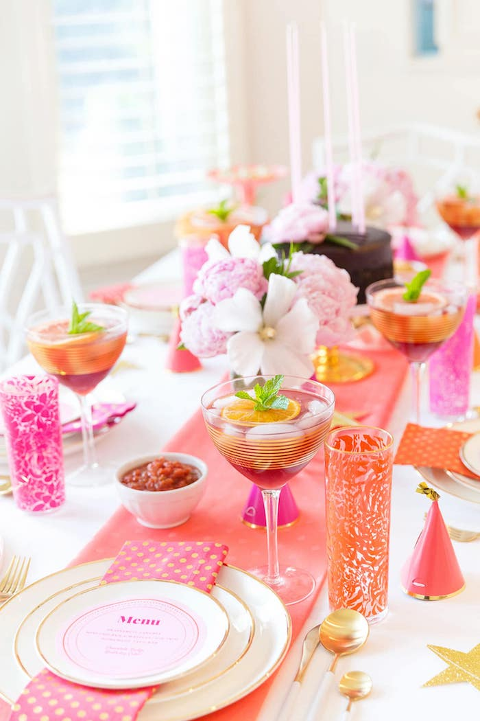 idee deco de table anniversaire theme tropical, chemin de table rose, fleurs tropicales comme centre de table, cocktails