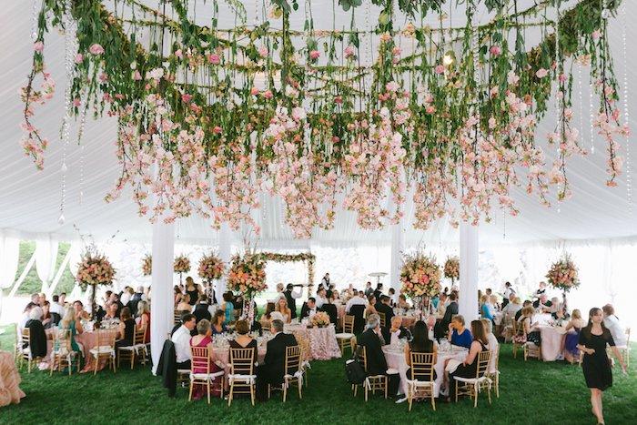 deco plafond mariage en multitude de fleurs suspendues du plafond, composition florale originale, tente mariage sur herbe fraiche