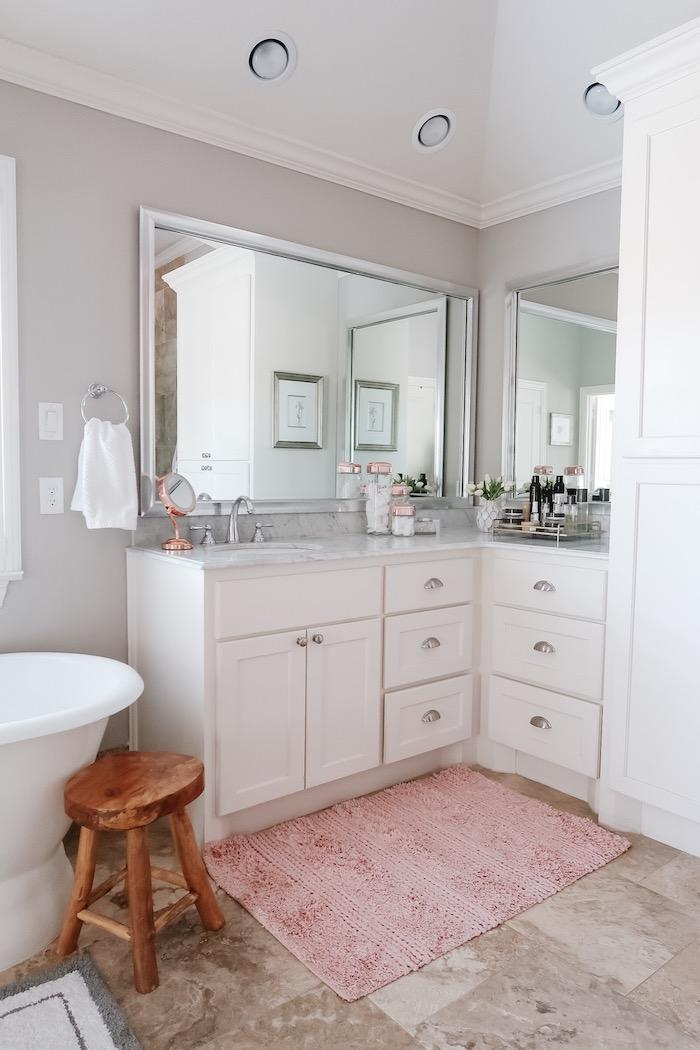 Meuble placard près du lavabo, idee deco salle de bain, rénovation salle de bain en marbre blanc, petit tapis type carpette