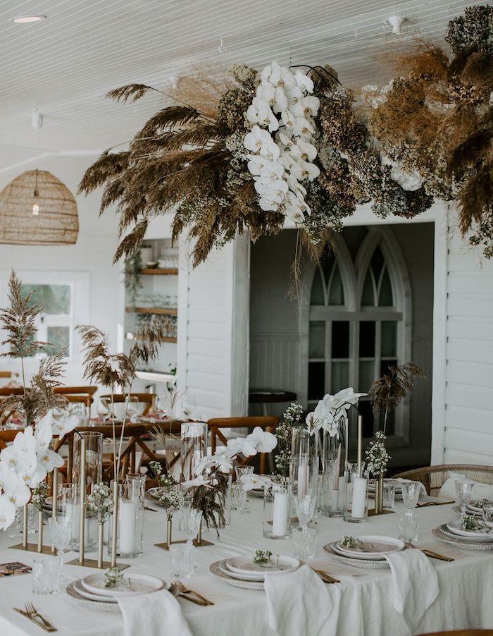 guirlande de végétation blanche, marron et vert foncé. decoration table mariage blanche avec fleurs blanches, deco mariage mediterraneen