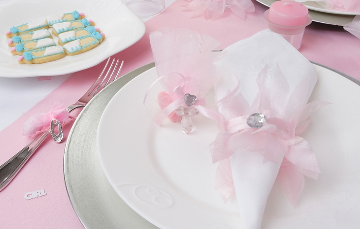 idee pliage serviette anniversaire fille decoration table anniversaire fille nappe rose assiette blanche deco serviette ruban rose