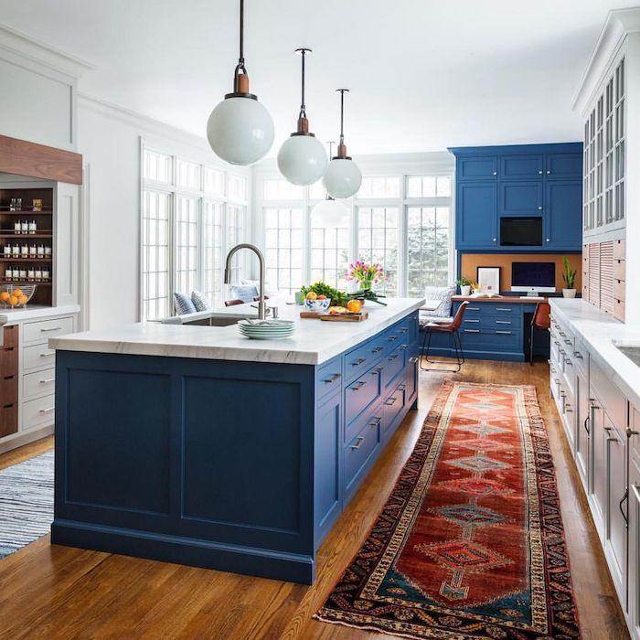 meuble cuisine et ilot central bleu et autre meuble cuisine blanc, grande cuisine tendance 2020