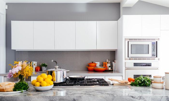 murs en gris anthracite, ilot de cuisine ne marbre blanc et gris