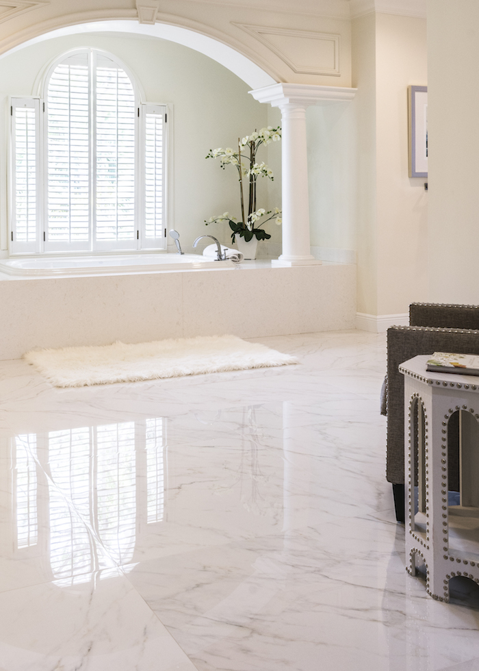Arche sur le mur et baignoire en-dessous de fenetre, idée salle de bain design, fonctionnelle salle de bain en marbre belle