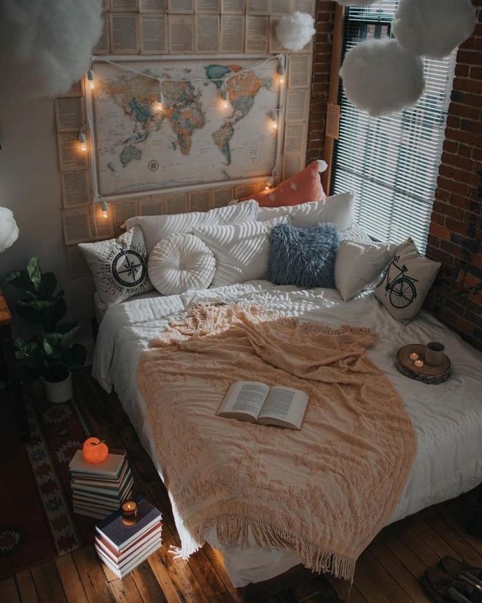 idée de tete de lit fait maison avec carte du monde et pages de livre, exemple comment créer une ambiance cocooning facile