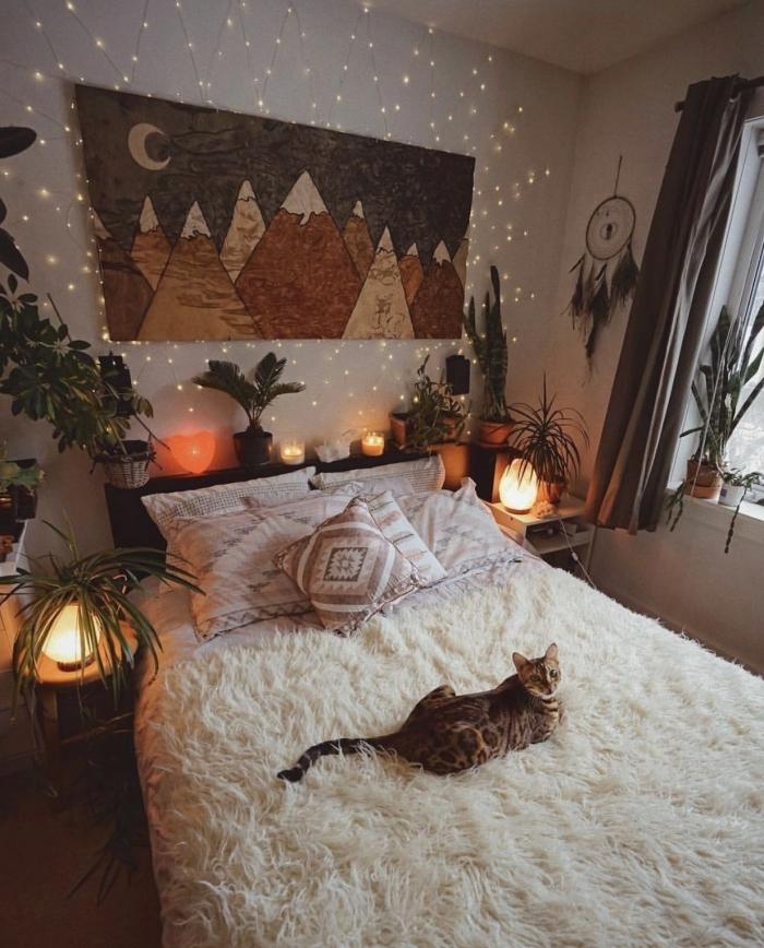 idée déco chambre adulte de styles hippie et bohème chic, petite chambre blanche décorée avec plantes et lumières décoratives