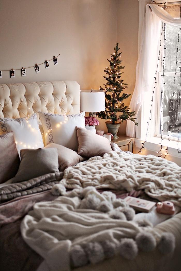 deco chambre fille aux murs beige avec grand lit et meubles en bois clair, modèles de jeté de lit gris et beige à pompons