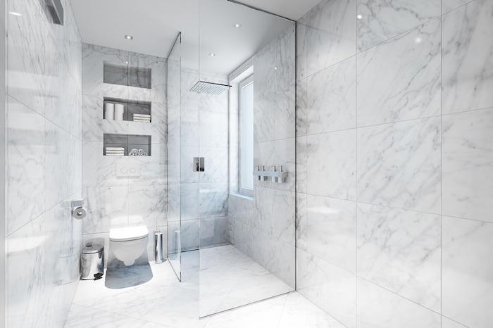 Cool idée souligner la beauté du marbre dans la salle de bain zen simple et harmonique sans beaucoup de décoration pour la pièce