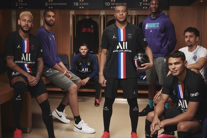 le nouveau quatrième maillot du Paris Saint Germain issu de la collaboration Jordan x PSG a été présenté officiellement