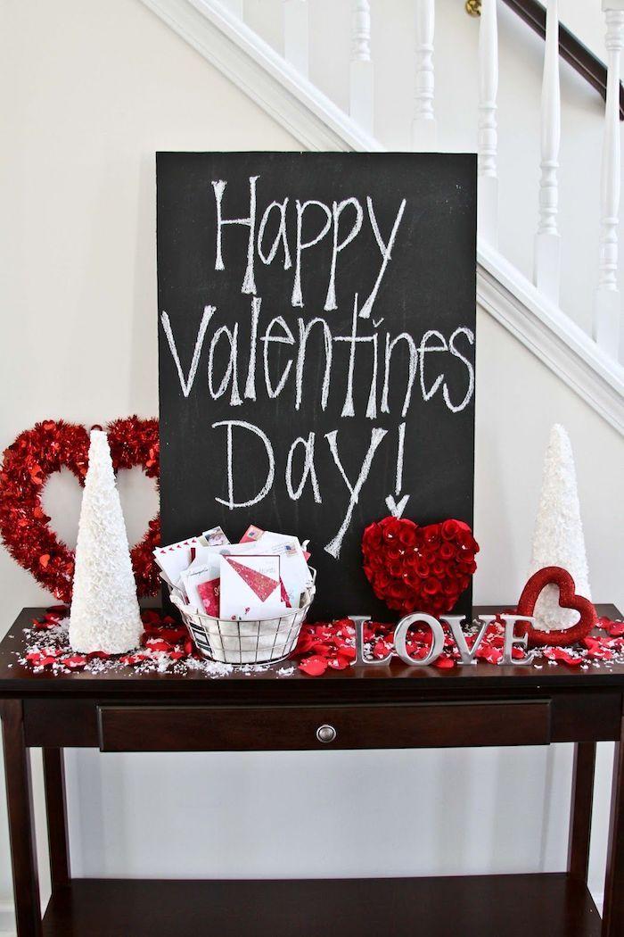 Escalier dans une maison joliment décorée, ardoise qui dit joyeux st valentin, idee saint valentin deco, comment décorer pour la saint valentin